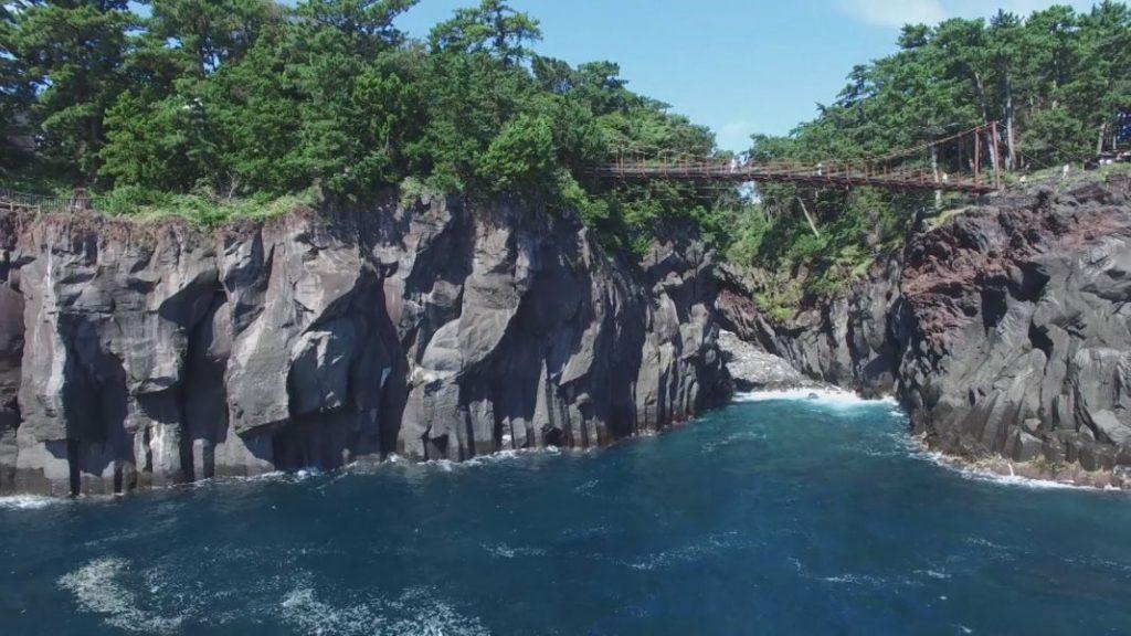 つり橋と崖