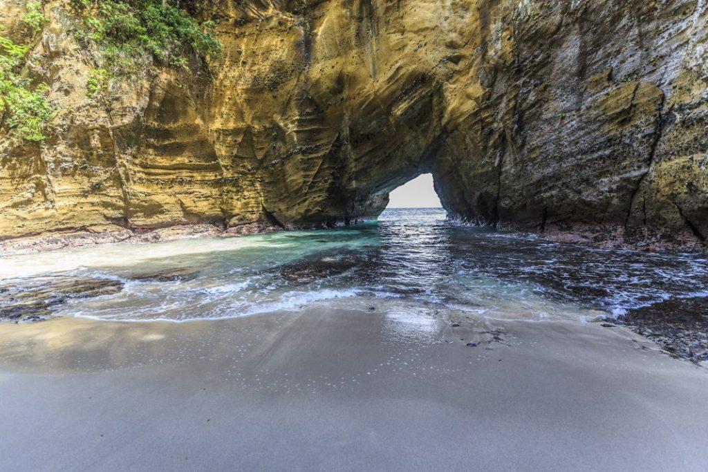 龍宮窟内の砂浜