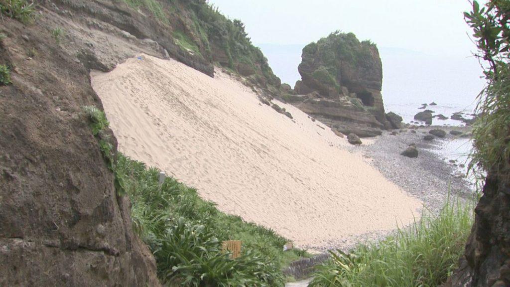 風の力によってできた天然の砂のゲレンデ