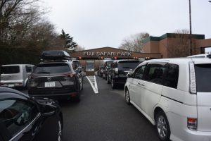 開園時刻は午前十時。開門までは車の中