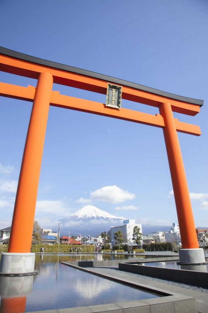 鳥居と水面に映る富士山