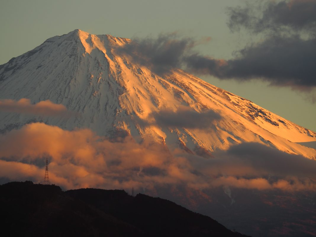 夕焼けに染まる富士山 薩埵峠